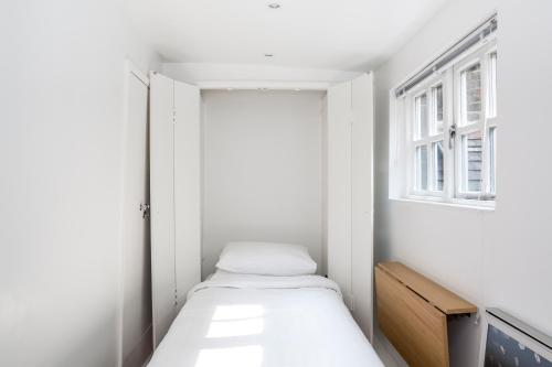 A bed or beds in a room at New Row Studio II by Onefinestay
