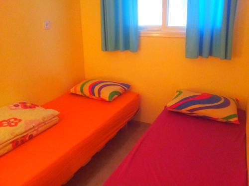 מיטה או מיטות בחדר ב-צימר פנינה