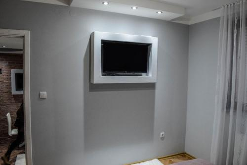 A television and/or entertainment centre at Apartmani ELITE