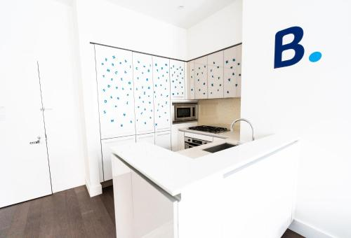 A kitchen or kitchenette at Resolution Suite: Meet New People