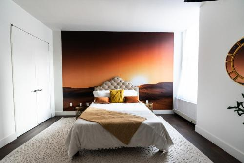 A bed or beds in a room at Resolution Suite: Snap The Best Shot