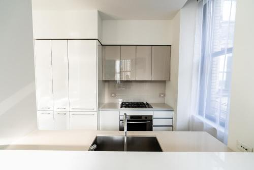 A kitchen or kitchenette at Resolution Suite: Snap The Best Shot