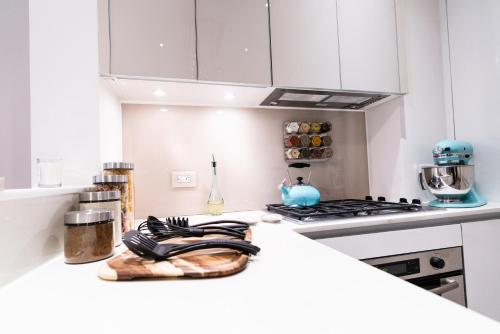 A kitchen or kitchenette at Resolution Suite: Cook Up a Storm