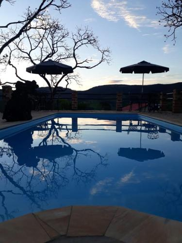 A piscina localizada em Pousada Chalé da Montanha São Thomé das Letras ou nos arredores