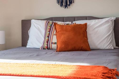 A bed or beds in a room at Simple and Walkable Studio Apt in Capitol View South