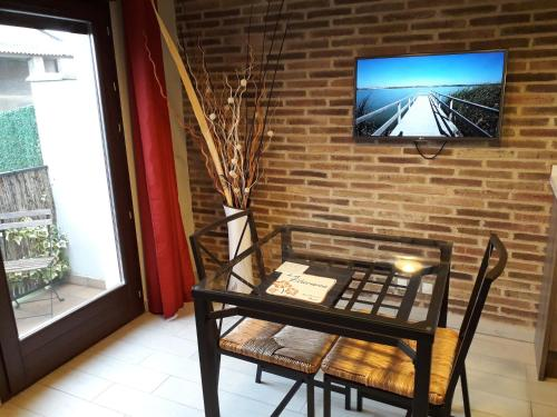Una televisión o centro de entretenimiento en La Llacuna