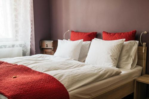 Un ou plusieurs lits dans un hébergement de l'établissement Apartments and Rooms Meščanka