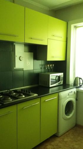 Кухня или мини-кухня в Apartment on Radishcheva 8