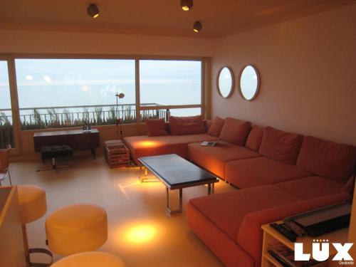 Coin salon dans l'établissement Lux Skyline Sea-View Apartments