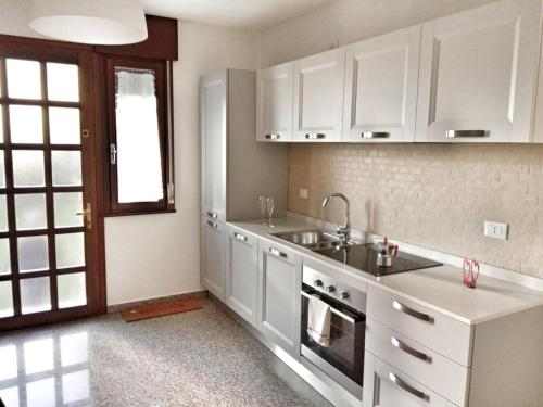 A kitchen or kitchenette at Red Tower Venice - 2 mins from VCE Airport- free Wifi