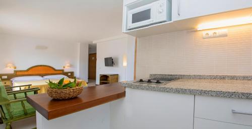 A kitchen or kitchenette at Apartamentos Bon Lloc