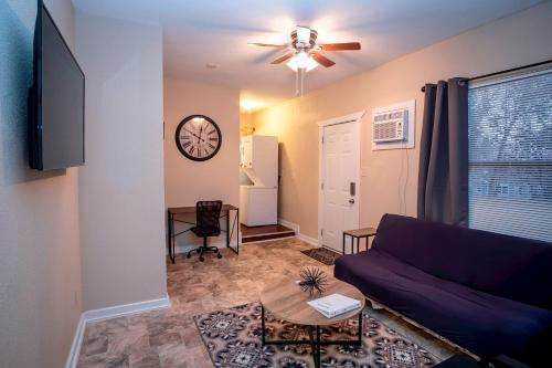 A seating area at Cozy Downtown Guest House 2BR/1BA Sleeps 8