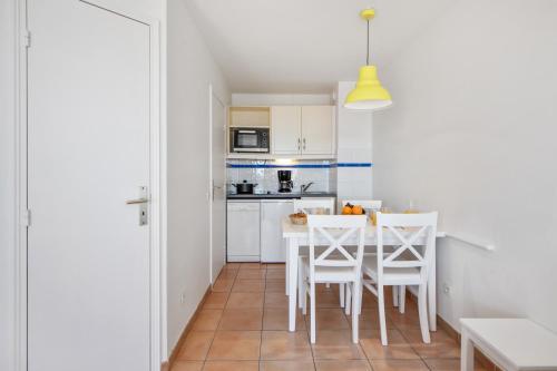Cuisine ou kitchenette dans l'établissement Résidence Pierre & Vacances Les Rivages Du Parc