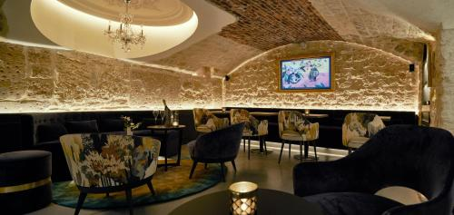 The lounge or bar area at Roi de Sicile - Rivoli -- Actuellement OUVERT