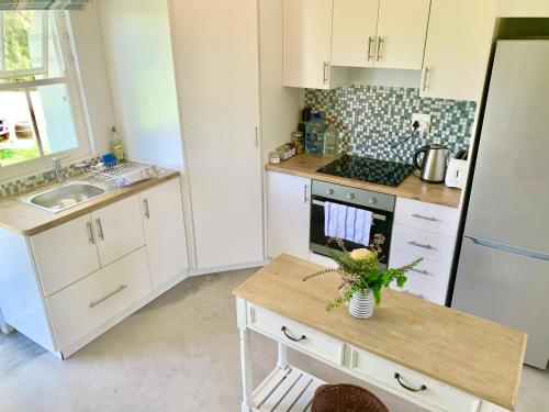 A kitchen or kitchenette at Paul Wallace Wines & Cottages