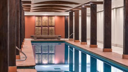 Der Swimmingpool an oder in der Nähe von Oaks Sydney Goldsbrough Suites