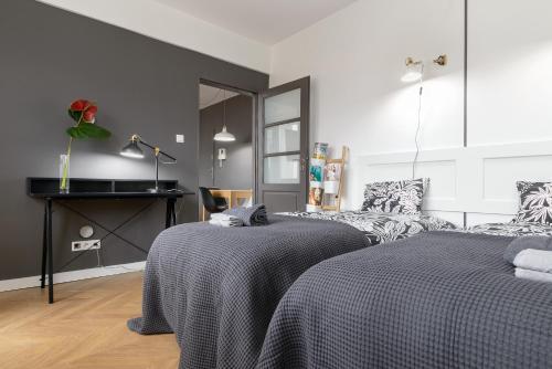 Łóżko lub łóżka w pokoju w obiekcie Lovely flat with parking, strict center