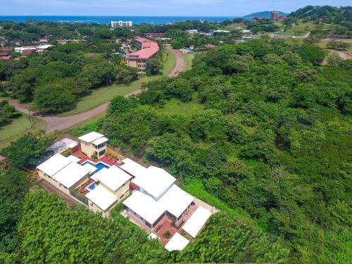 Uma vista aérea de Tamarindo Garden Boutique Homes