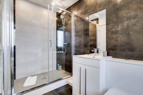 A bathroom at Stunning 4 Bed & 4 Bath Villa- Central London