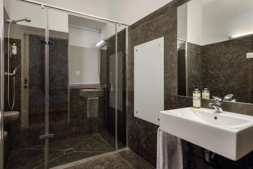 A bathroom at Condes de Azevedo Palace Apartments