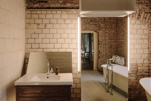 Ein Badezimmer in der Unterkunft Apartment im Kranich Hotel