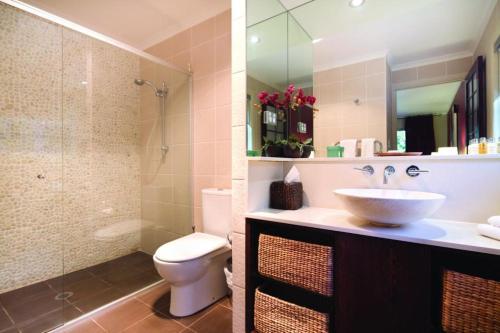 A bathroom at Songbirds Rainforest Retreat