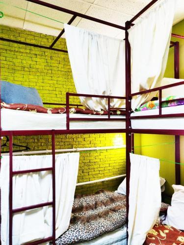 Двухъярусная кровать или двухъярусные кровати в номере Хостел Уютная Компания