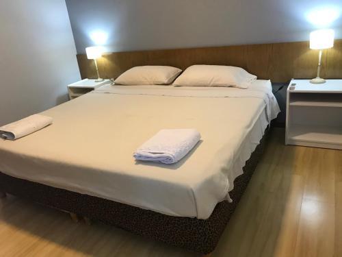 Una cama o camas en una habitación de Regency Bombal Apartments