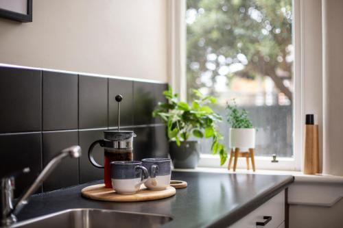 A kitchen or kitchenette at Majestic Mansions – Apartments at St Clair