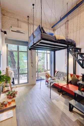 Studio w/ streetview balcony near Obama Bun cha