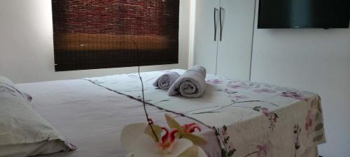 A bed or beds in a room at 3 quartos com piscina e sauna