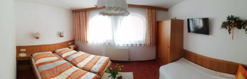Ein Bett oder Betten in einem Zimmer der Unterkunft Ferienwohnung Toferer
