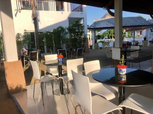 Ein Restaurant oder anderes Speiselokal in der Unterkunft Nadivana Serviced Apartments