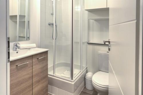 A bathroom at City Résidence Strasbourg Centre