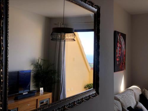Una televisión o centro de entretenimiento en Duquesa Village Seaview Costa del Sol