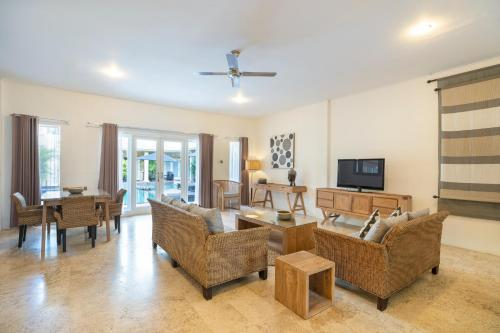 A seating area at Beach Melati Apartments