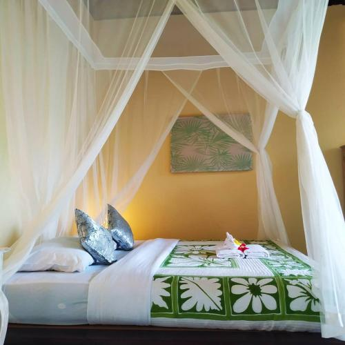 A bed or beds in a room at Kanda Homestay