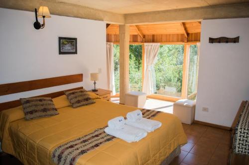 Una cama o camas en una habitación de Cabañas Rucaleufu