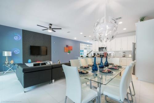 A kitchen or kitchenette at EV260344 - Solara Resort - 5 Bed 4.5 Baths Townhouse