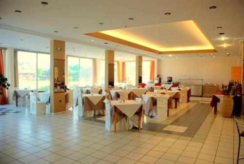 A restaurant or other place to eat at Bayside Hotel Katsaras