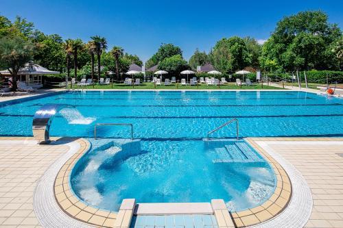 Bazén v ubytování Aparthotel Albatros nebo v jeho okolí