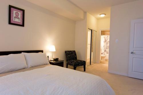En eller flere senge i et værelse på Maplewood Furnished Suites