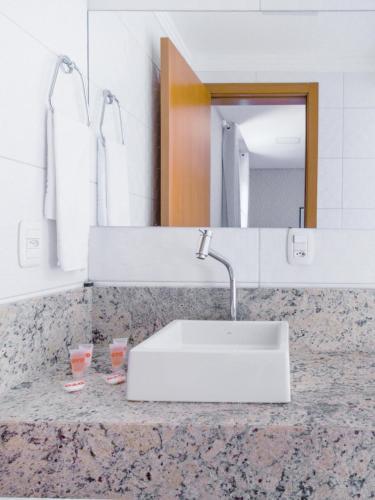 A bathroom at OYO Canela Palace Hotel