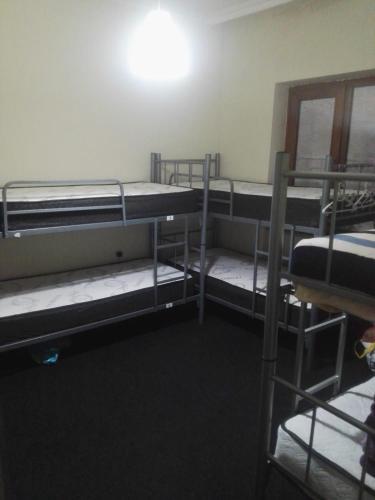Двухъярусная кровать или двухъярусные кровати в номере Yas hostel