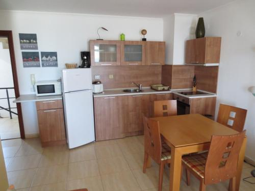 Кухня или мини-кухня в ETARA 1,2 Apart Complex