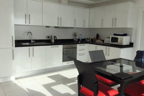 A kitchen or kitchenette at Tims Turkey Flat with a view, Luxury Penthouse, Horizon Sky