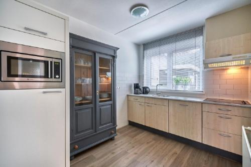 A kitchen or kitchenette at Apartments Four Seasons Zuiderstraat