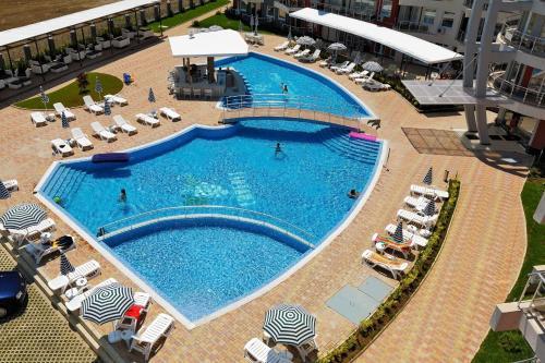 Uitzicht op het zwembad bij Emberli Aparthotel of in de buurt