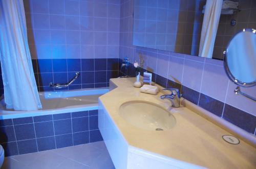 A bathroom at Grand Bellevue Hotel Apartment Dubai