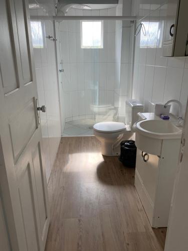 A bathroom at 02 Quartos próximo ao mar